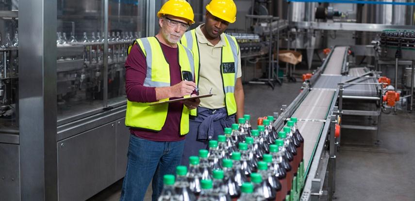foto de homens trabalhando na industrial de bebidas
