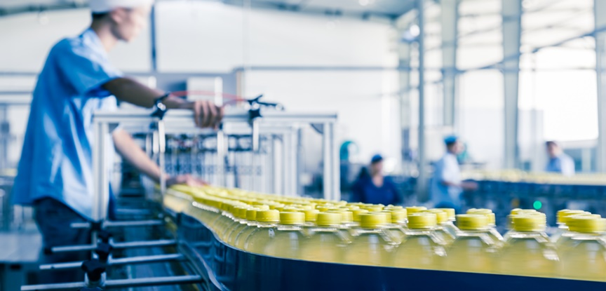 fabrica produzindo bebidas