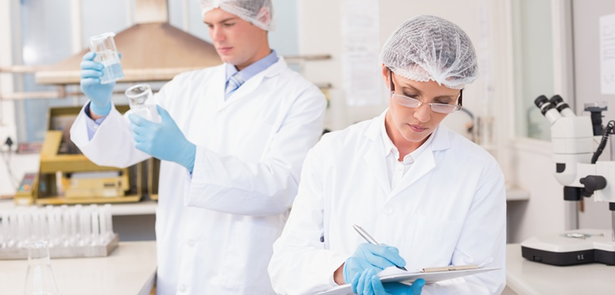 foto de pessoas trabalhando no laboratório