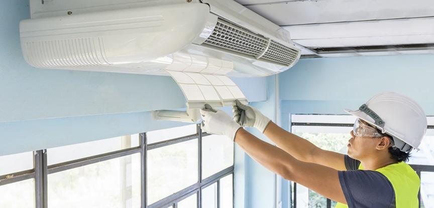 foto de homem trocando filtro ar condicionado